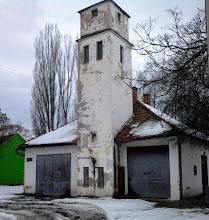Photo: 2013, Csicsó - Tűzoltószertár Az 1970-es évek legelején megépült községünkben a komáromi járás akkor legmodernebb, tornyos tűzoltószertára a valamikori községháza, később kis bolt helyén. Ebben az épületben két tűzoltókocsi is elfért.