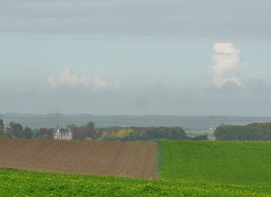 Photo: Au loin, le château de La Trousse