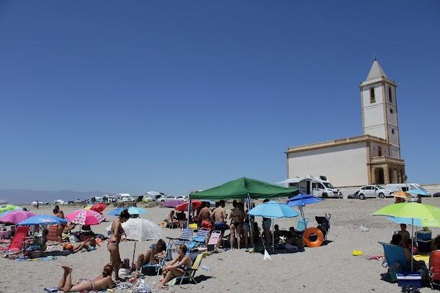 Playa e iglesia de las Salinas en el Cabo de Gata.
