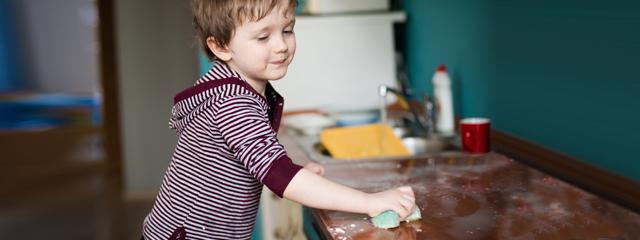 niño limpiando consecuencias naturales