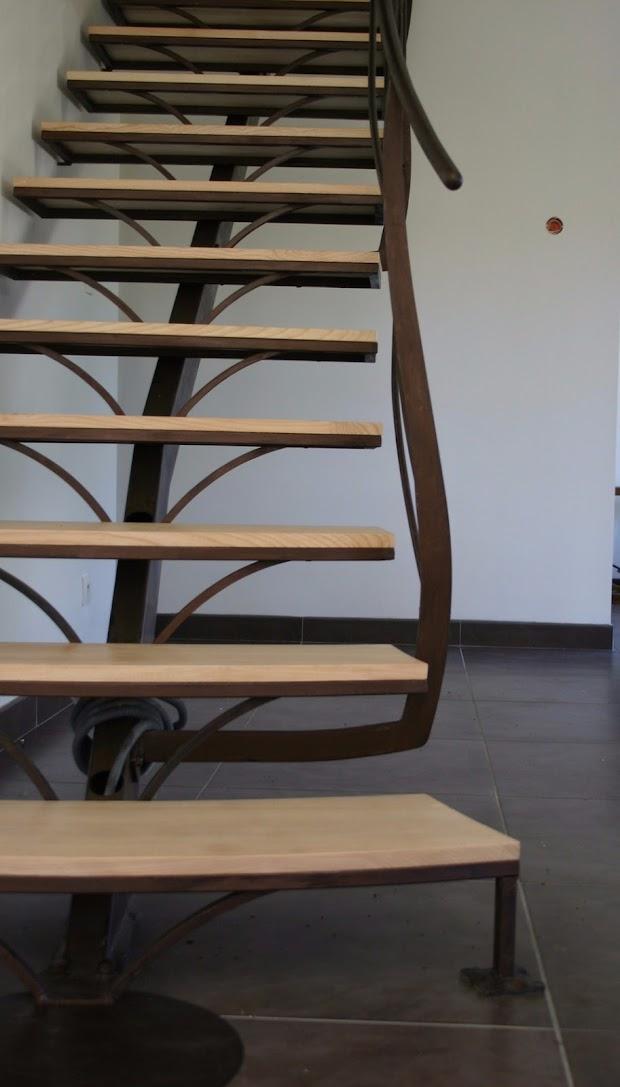 Escalier contemporain à limon central poteaux galbés