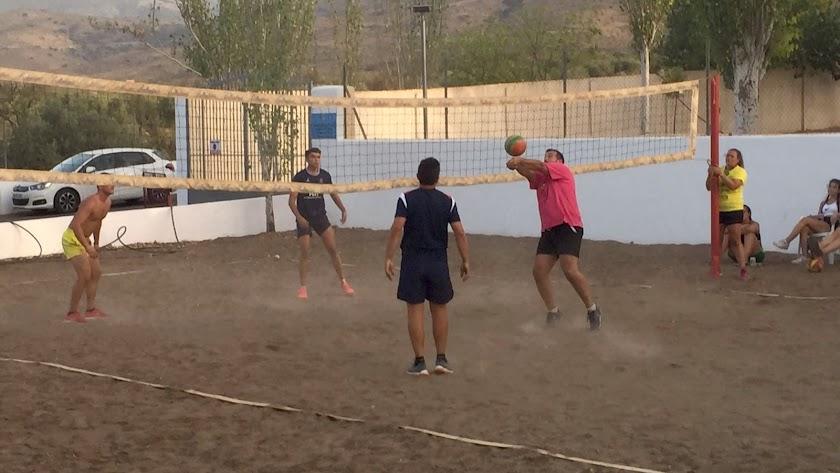 Participantes jugando al Voley Playa.