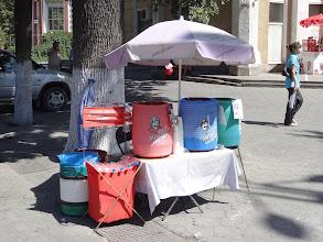Photo: Na ulici se tu běžně stáčejí z barelů národní kyrgyzské nápoje Maksym (kombinace vody, smaženého ječmene, kukuřičných zrn a pšeničné mouky) a Čalap (jogurt, sůl a perlivá voda).