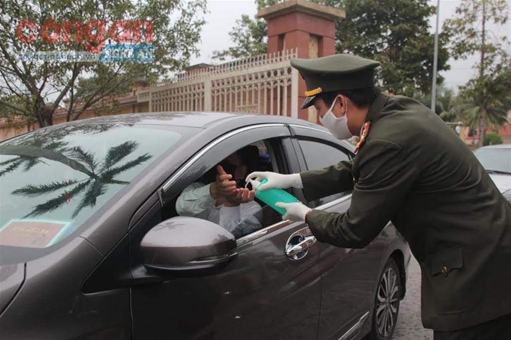 Đoàn Thanh niên Công an tỉnh rửa tay sát khuẩn cho CBCS  trước khi vào làm việc tại trụ sở Công an tỉnh