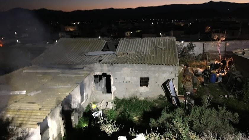 Efectivos de Bomberos del Levante trabajando en la zona.