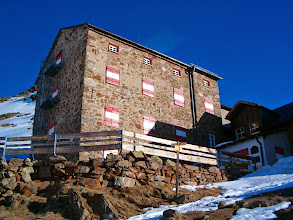 """Photo: Chata je většinu roku zavřená, pro alpinisty slouží skromnější """"winterraum"""""""