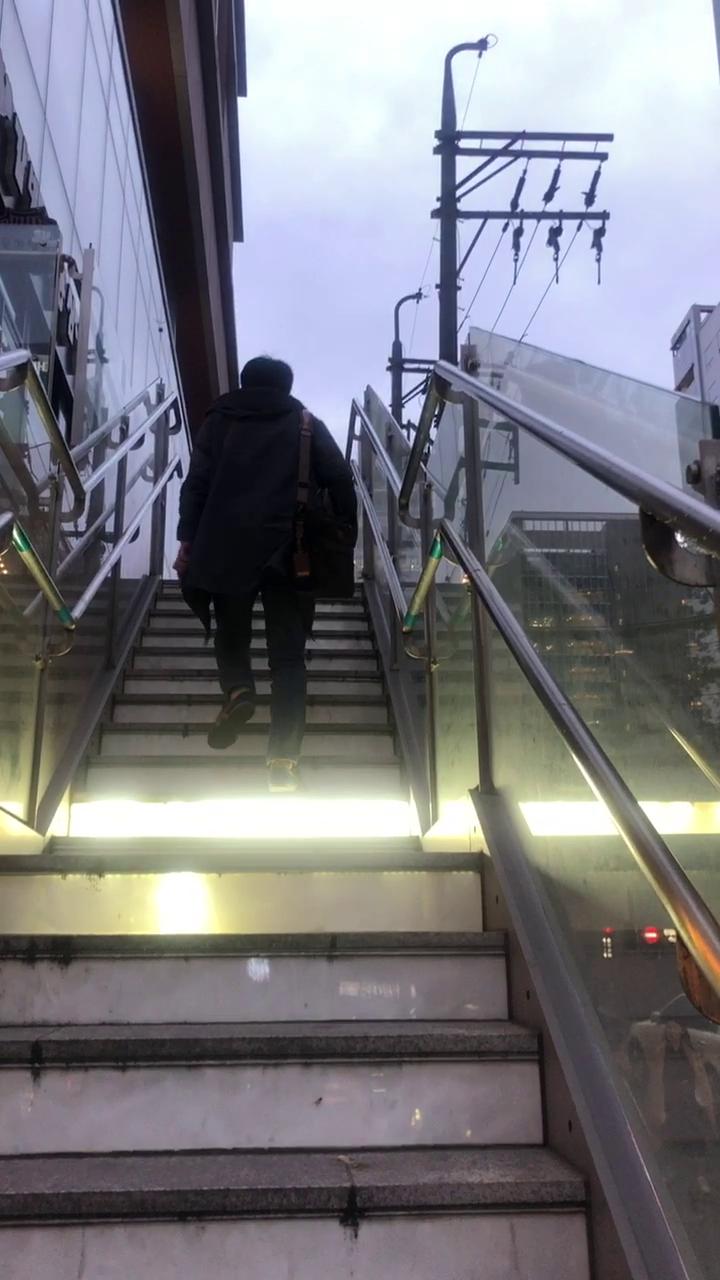 밞을때 마다 불이 켜지는 계단
