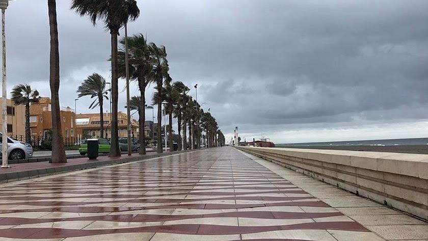 La playa de El Zapillo podrá volver a tener vida desde este domingo.