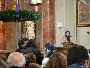Photo: Der ORF-Redakteur informiert die Kirchenbesucher über ein paar wichtige Kleinigkeiten.