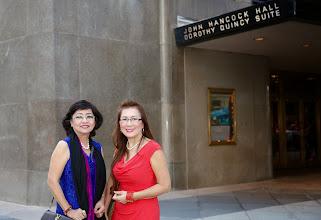 Photo: Được hai ôn mụ Chỉnh Mỹ dẫn đi coai hát ở John Hancok Hall.