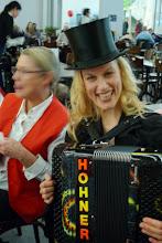 Photo: Eine lustige Akkordeonistin bei Charlotte.