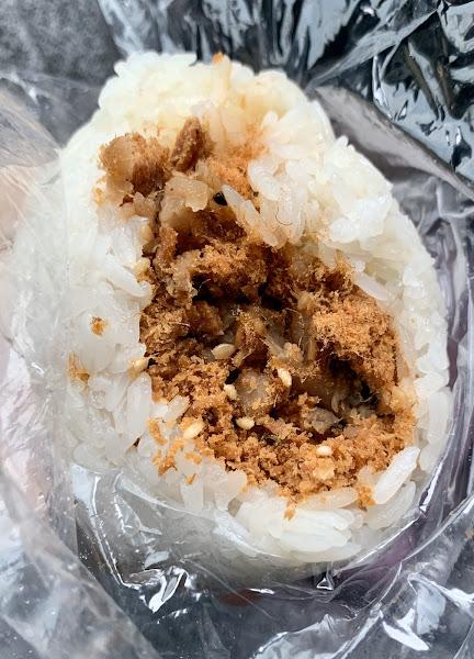 一手無法掌握的炸彈飯糰(溏心蛋、肉鬆)滿滿餡料,粒粒分明軟Q的糯米。值得一試~