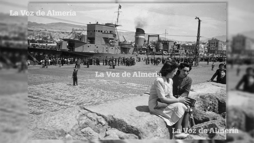 Un buque de guerra atracado en el muelle de levante del puerto de Almería, en los años cincuenta.