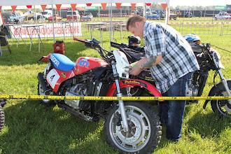 Photo: na de inschrijving de deelnemer nummers vast maken aan de motor