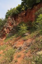 Photo: A vörös színű agyagos törmelékek egy trópusi tönkösödés, laterites mállás tanúiként értelmezhetők (kréta-eocén?)