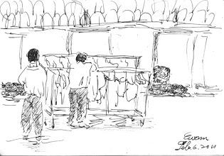 Photo: 曬衣2011.02.06鋼筆 趁著冬陽高照,隔離舍的雜役快快將衣物推到操場曬。