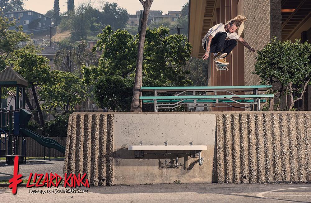 Le skateur Lizard King en Ollie North au dessus d'une picnic table.