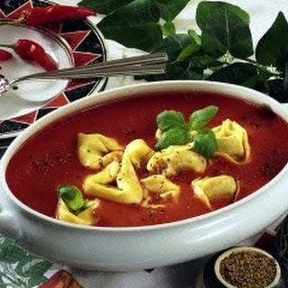 Tomatensuppe mit gefüllten Tortelloni