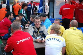 Photo: Media manager of WC, Per Olsson, talking with some of the players. Photo:Patric Fransson