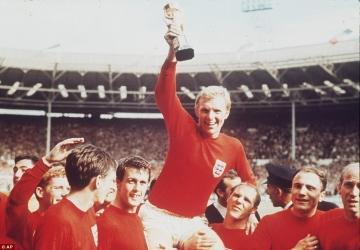Bobby Moore, el central inglés,  levantando la Copa del Mundo en el 1966.
