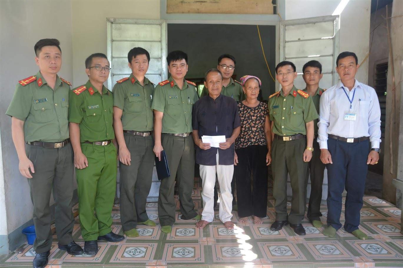 Tặng quà thương binh Vi Văn Trường, 70 tuổi, sinh sống tại bản Hăn