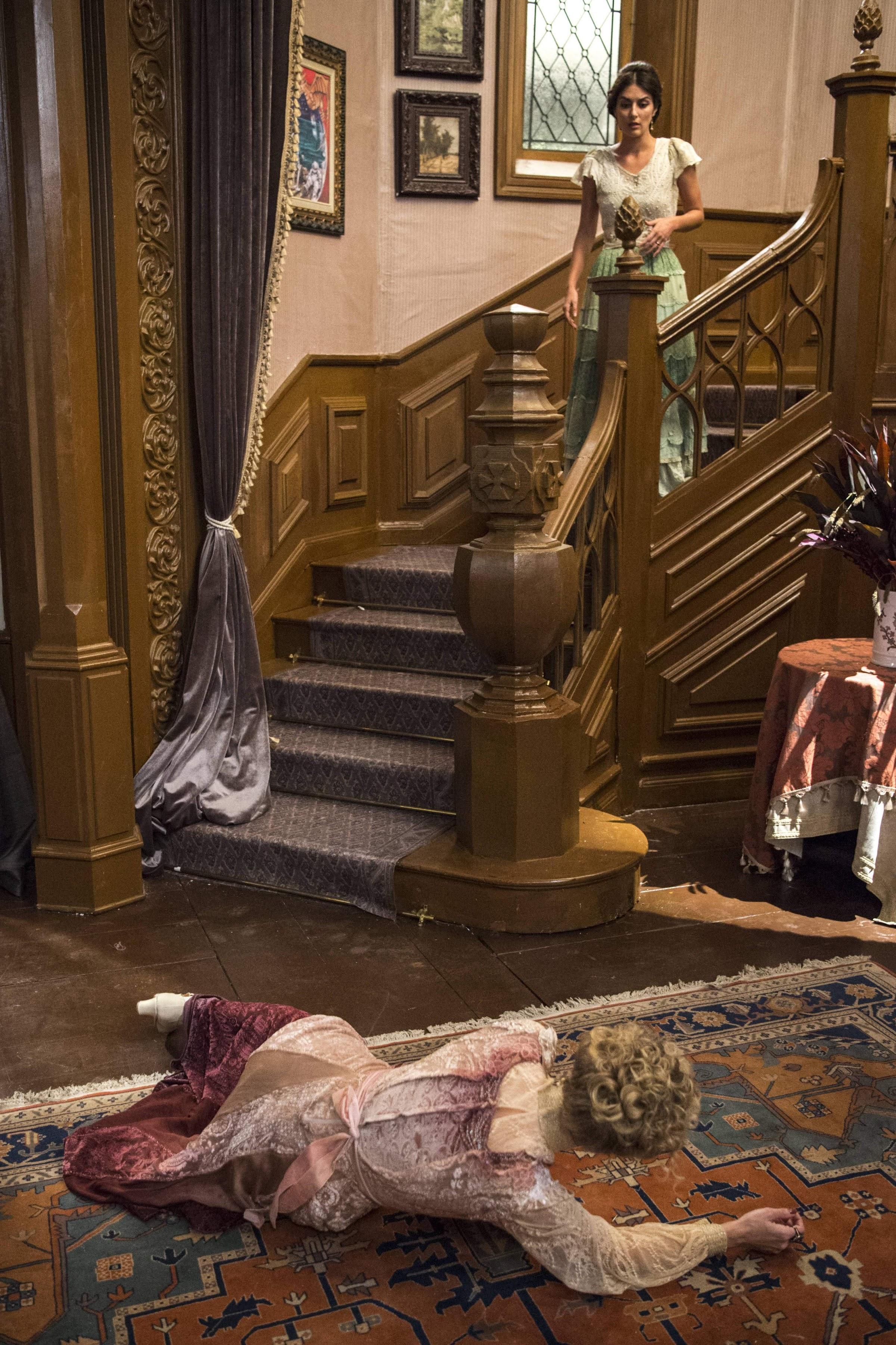 Josephine se joga do alto da escada e acusa Cecília de empurrá-la