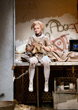 """Photo: WIEN/ Burgtheater/Vestibül: """"FAMILIENGESCHICHTEN.BELGRAD"""" von Biljana Srbljanović, Inszeniierung; Annette Raffalt. Premiere am Donnerstag, 23. April 2015. Moritz Winkelmayr, Lara Feith Copyright: Barbara Zeininger"""