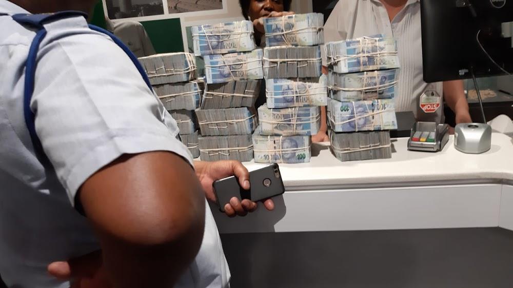 Tweede man in hegtenis geneem omdat hy R1,7 miljoen kontant in Botswana probeer smokkel het - SowetanLIVE Sunday World