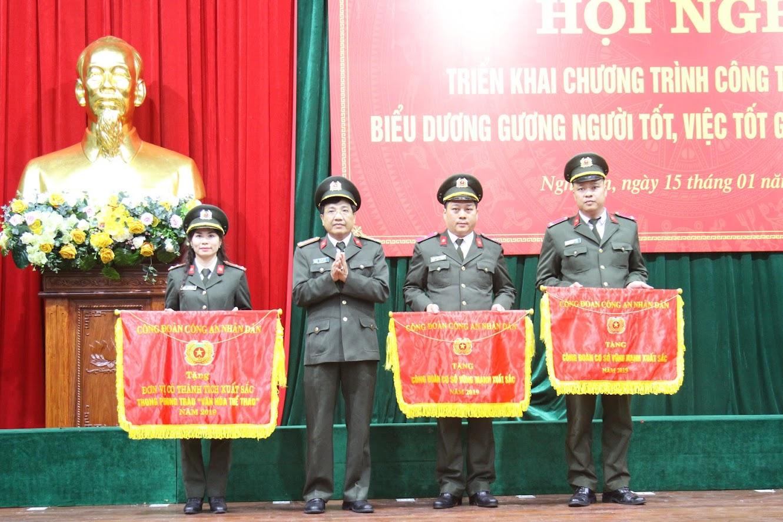 Đồng chí Đại tá Hồ Văn Tứ trao cờ thi đua xuất sắc cho các tập thể