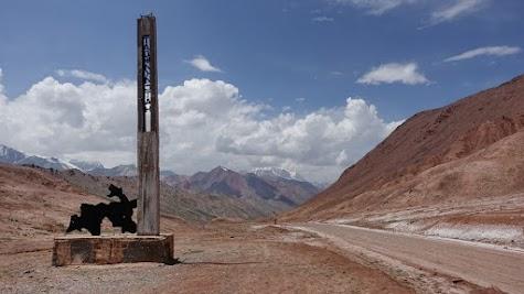 Der Pass markiert die Grenze zwischen Tadschikistan und Kirgistan.