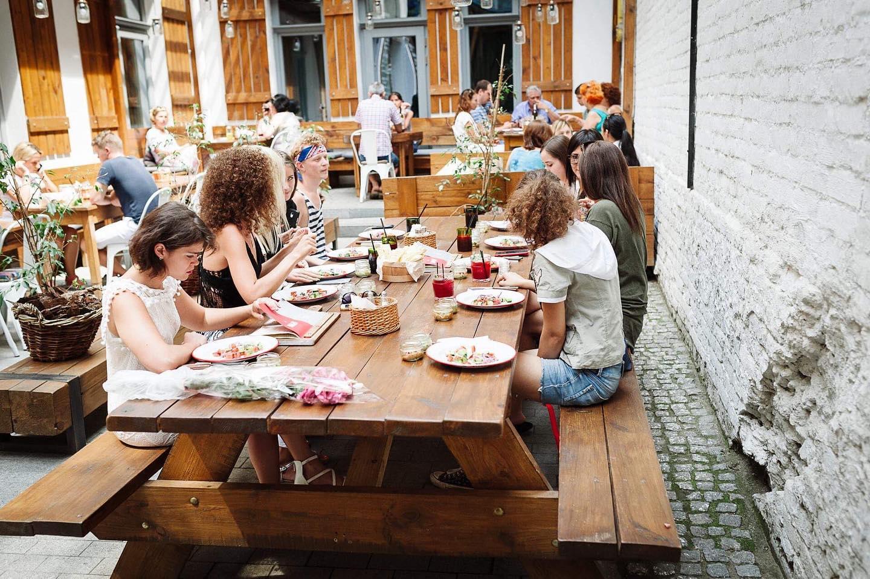 За камерной атмосферой и вкусной грузинской едой приходите на летний дворик хинкали-бара «Гиви Ту Ми» .