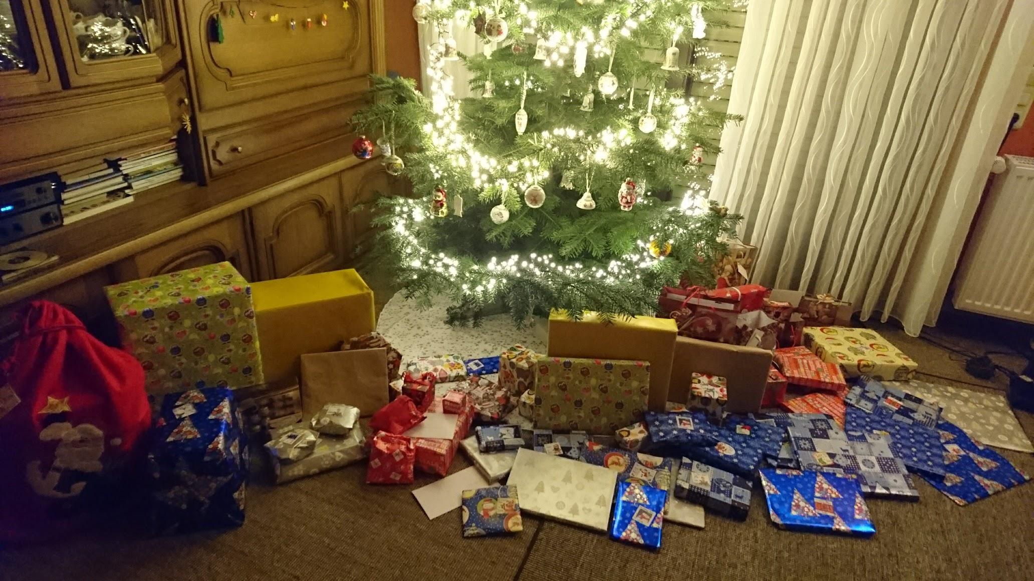 Weihnachtsbaum Bescherung Heiligabend Geschenke