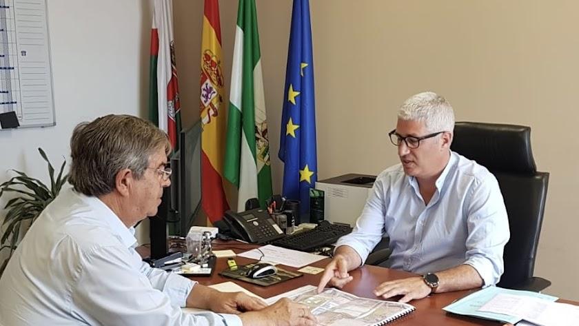 El alcalde de Huércal, Ismael Torres y el propietario de los terrenos, Miguel Ángel Castillo, en su última reunión.