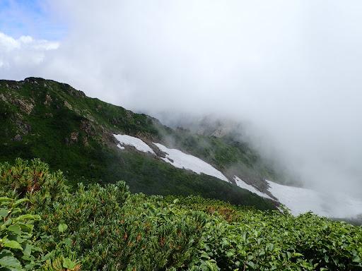 下にヒルバオ雪渓