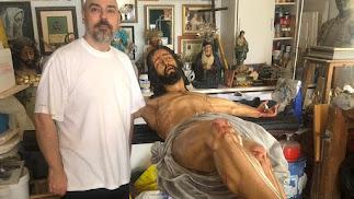 El escultor Miguel Bejarano, junto al Cristo del Mar de la hermandad de Calvario.