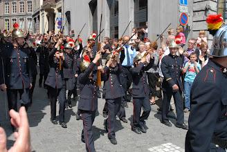 Photo: Les jeunes pompiers s'apprêtent à tirer une salve .