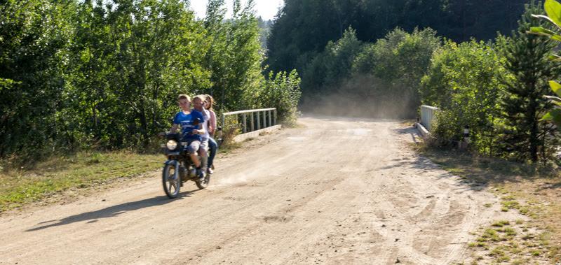 ребята в деревне еду троем на мотоцикле