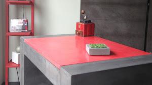 relooker son ancienne table avec des couleurs comme le béton ciré de couleur rouge avec kit béton ciré complet avec tous les produits pour faire soi-même