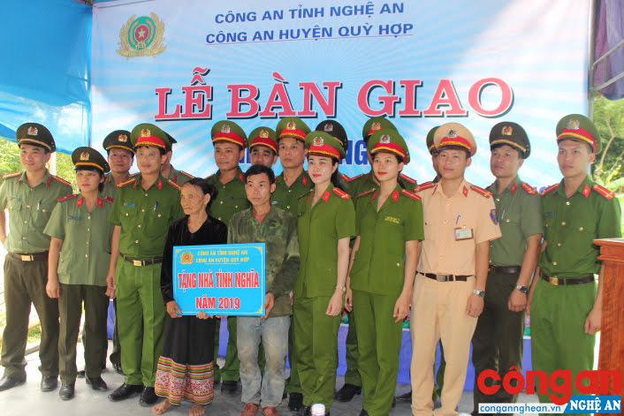 Công an huyện bàn giao nhà tình nghĩa cho bà Lương Thị Ban