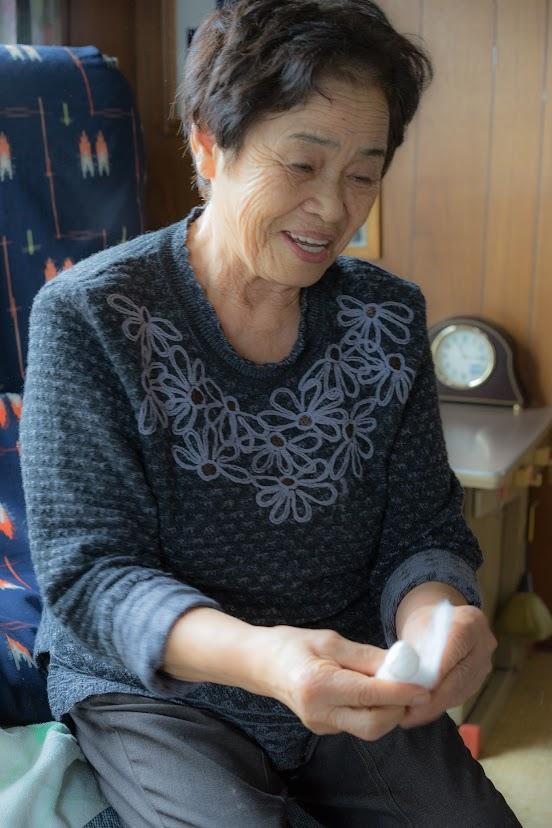胴体の部分を綿で巻く富美子さん
