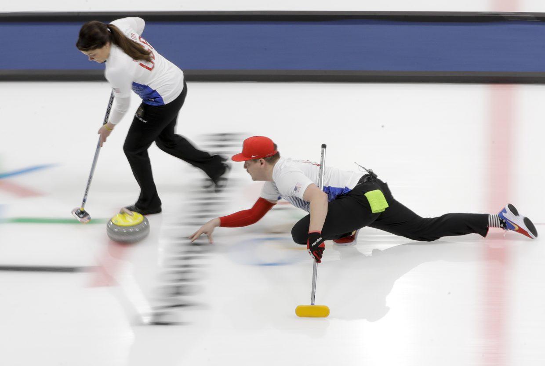 Hành động chà xát bề mặt băng rất quan trọng trong việc chơi bi đá trên băng