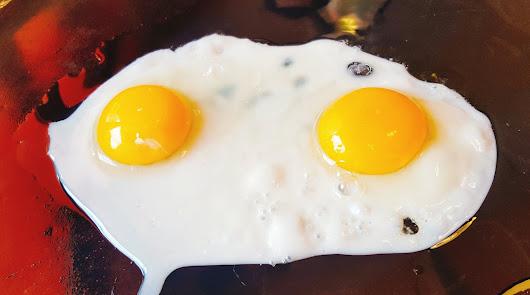 Pisto con huevo a la plancha y garbanzos con jamón: tan fáciles como efectivos