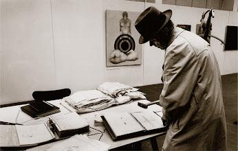 Foto: Deutschland, Frankfurt, Joseph Beuys betrachtet Ausstellung seiner Schüler, 1976 (Germany, Frankfurt, Joseph Beuys looks at exhibition of his students, 1976)  © Eckhard Supp