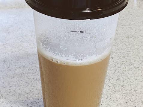 カップのiceのラインまでミルクティーが入っている画像