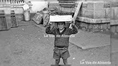 Un niño gitano del Barrio Alto, jugando con una caja de madera en la cabeza en el Preventorio abandonado.