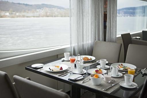 Scenic-Jasper-Crystal-Dining-Breakfast.jpg - Breakfast in the Crystal Dining Room on Scenic Jasper.