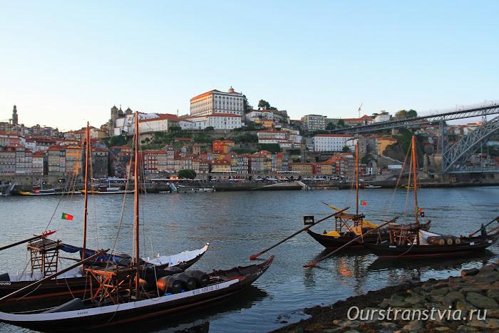 Лодки рабелуш и вид на Рибейру с набережной Вила-Нова-ди-Гая