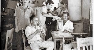 Un grupo de amigos en la bodeguilla 'Los 7 días', en el Barrio Alto.