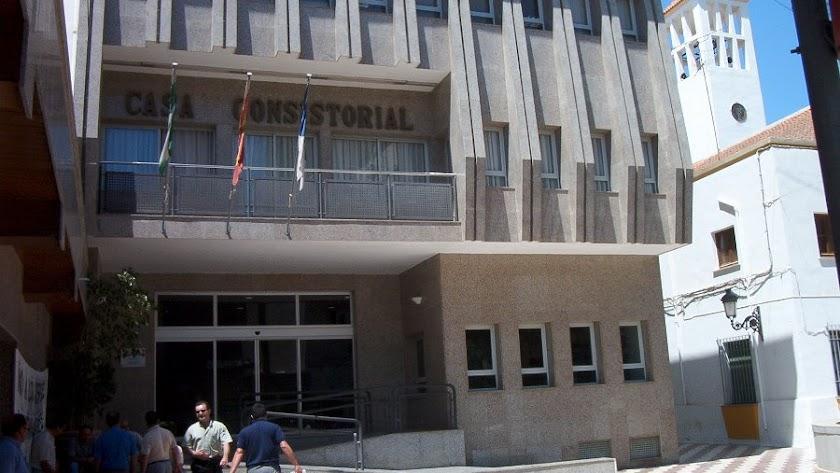 Fachada del Ayuntamiento de Roquetas de Mar.