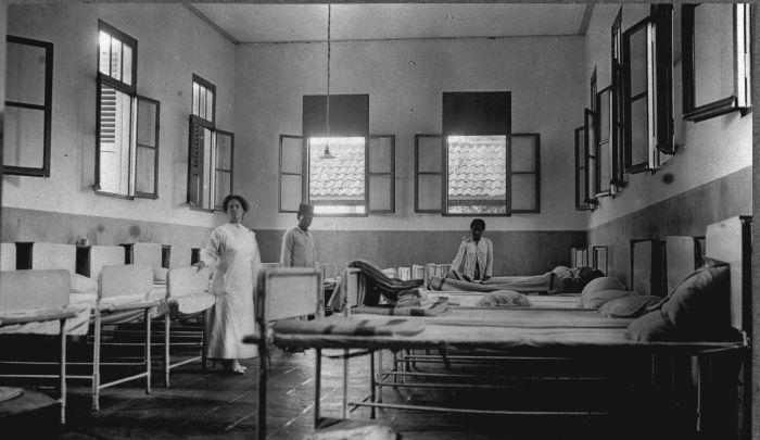 Description COLLECTIE TROPENMUSEUM De slaapzaal van het oog ziekenhuis ...